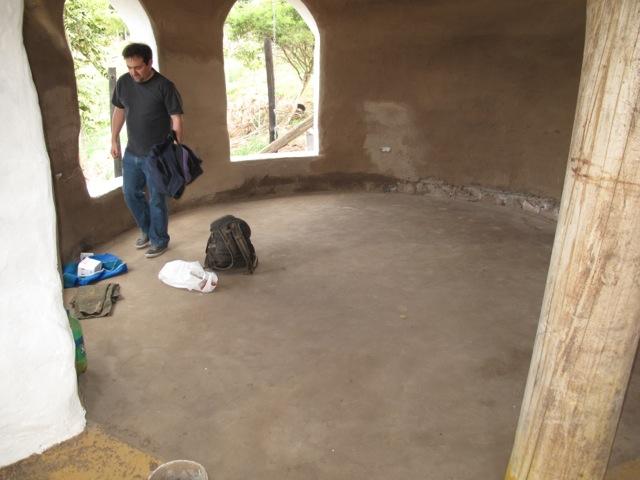 Bioconstrucci n casa flor de cactus construyendo for Nivelar piso de tierra